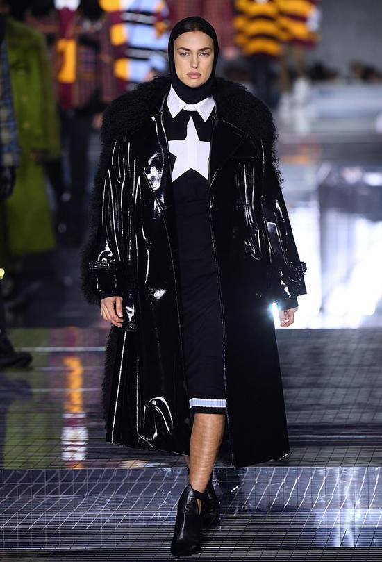 Cuối tuần qua, siêu mẫu Irina Shayk đã sang London trình diễn thời trang. Cô góp mặt trong show diễn thu đông của thương hiệu Burberry hôm 17/2. Chân dài người Nga sẽ tiếp tục catwalk cho nhiều thương hiệu khác trong suốt tuần lễ thời trang.