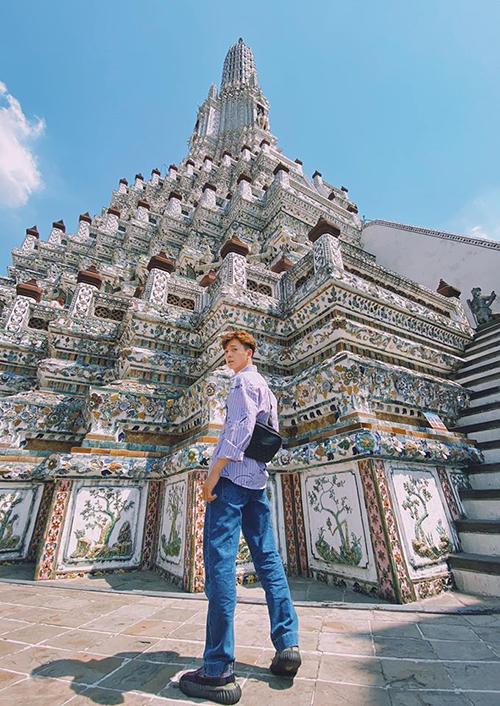 Hay là còn lĩnh vực người mẫu mình lấn sân luôn đi Ngô Kiến Huy khoe chân dài do góc chụp trong chuyến du lịch Thái Lan.