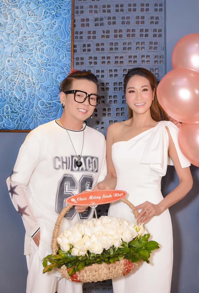 Ca sĩ Vũ Hà tới bữa tiệc từ sớm. Anh diện bộ trang phục màu trắng trẻ trung.