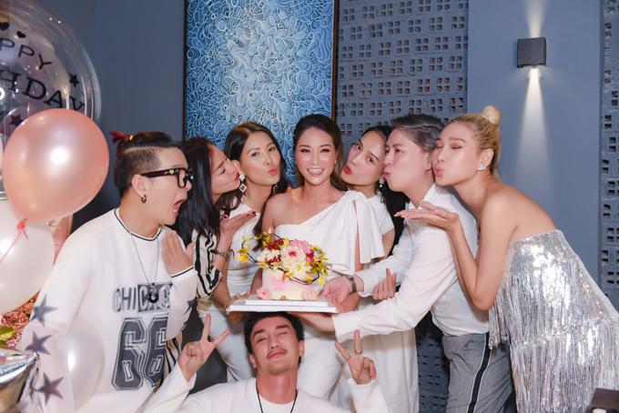 Thanh Xuân vui vẻ chụp hình cùng bạn bè thân thiết trong bữa tiệc sinh nhật.