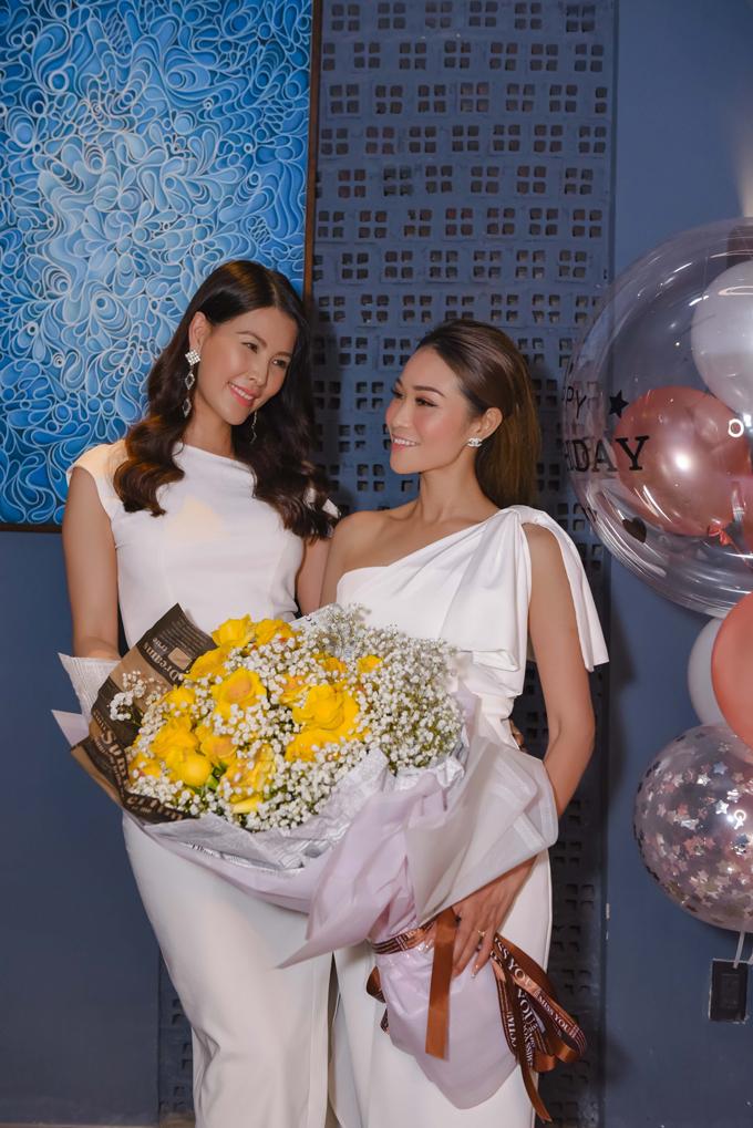 Á hậu Thanh Hoài (trái) tới mừng tuổi mới của Xuân Nguyễn.