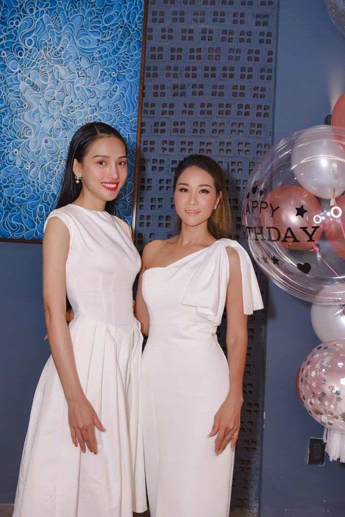 Siêu mẫu Lê Băng chọn váy trắng thanh lịch tới chúc mừng đàn chị.