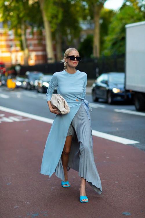 Sự hòa trộn của mốt váy vạt xéo, đầm xếp ly mang đến kiểu dáy dáng dài giúp các nàng tôn chân thon khi xuống phố.