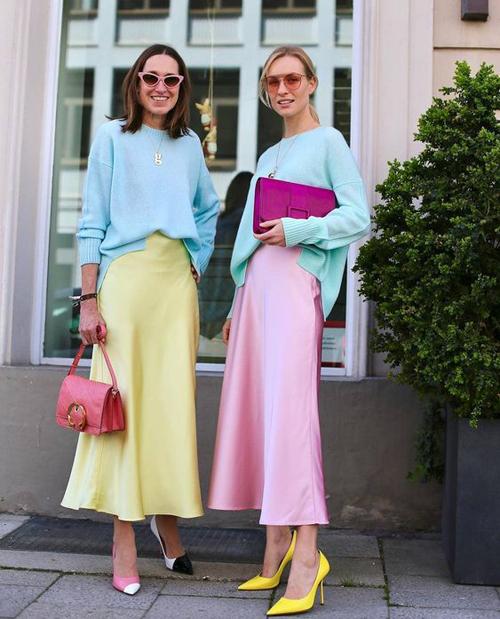 Trang phục đơn sắc với những mảng màu đa dạng đang được phái đẹp thế giới nhiệt tình lăng xê. Vì thế các nàng công sở đừng ngại ngần mix-match váy áo nhiều màu để khiến mình trở nên cuốn hút.