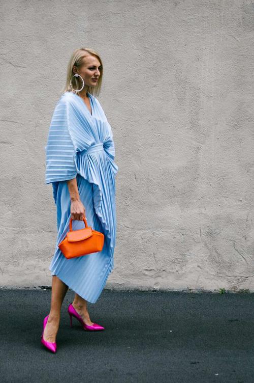 Nếu muốn set đồ của mình trở nên bắt mắt thì các nàng có thể sử dụng các mẫu phụ kiện tông màu nóng để mix cùng váy xanh hot trend.