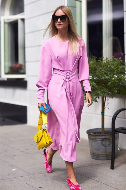 Phối trang phục và phụ kiện đồng điệu về sắc màu gần như là công thức quá cũ kỹ. Ở xu hướng thời trang mới, nhiều fashista thích thể hiện khả năng mix-match sắc màu ấn tượng.