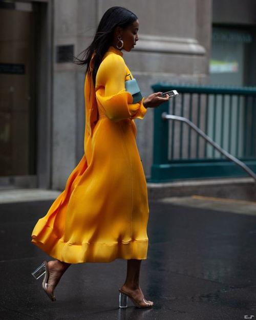 Sắc vàng của nhụy hoa nghệ tây cũng được dự báo là một trong những gam màu hợp xu hướng thời trang năm nay. Bạn gái sở hữu làn da trắng sáng hoặc rám nắng đều có thể chưng diện các mẫu váy sắc màu rực rỡ này.