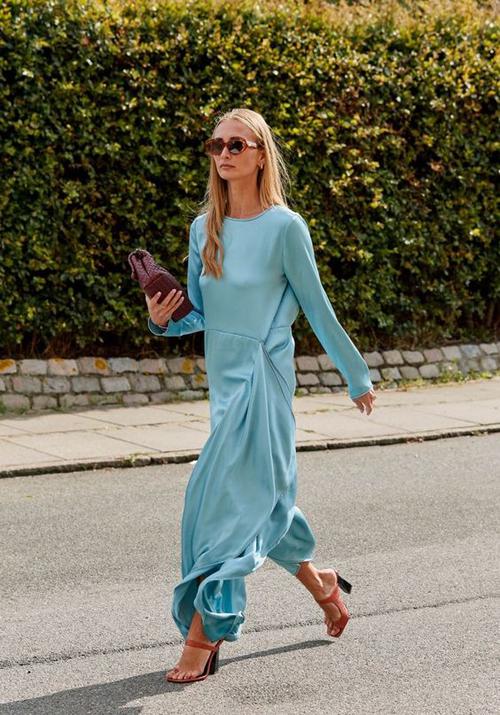 Váy lụa mềm mại, dáng free size mang lại cảm giác thoải mái và khiến người mặc nhẹ nhõm bởi chất liệu nâng niu cơ thể.