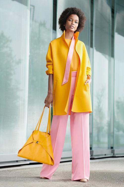 Áo khoác vàng chanh rực rỡ, quần ống đứng tông hồng pastel, giày cao gót tông nude vừa thanh lịch vừa kích thích thị giác cao.