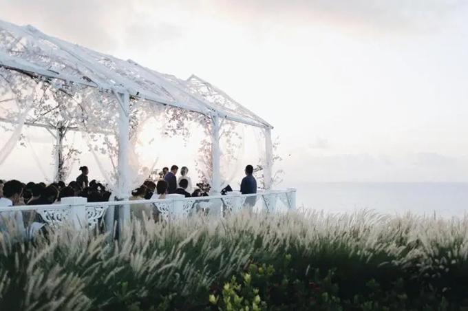 Đám cưới diễn ra ở sườn đồi cách mực nước biển Ấn Độ Dương 35 m. Cô dâu chú rể và toàn bộ khách mời đã được thưởng thức trọn vẹn hôn lễ diễn ra trong ánh chiều hoàng hôn lãng mạn.