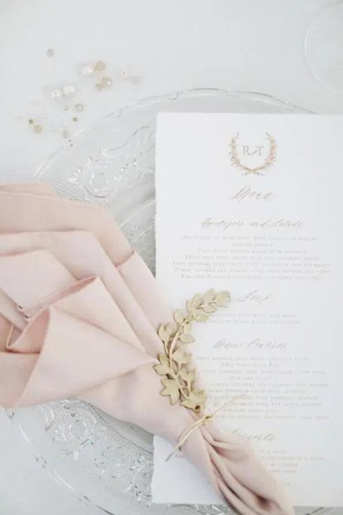 Thực đơn được viết bằng chữ nghệ thuật calligraphy, khăn ăn mang tông hồng theo sở thích của cô dâu.