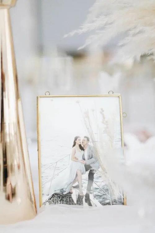 Ảnh cưới của cặp vợ chồng xuất hiện trong không gian làm lễ.