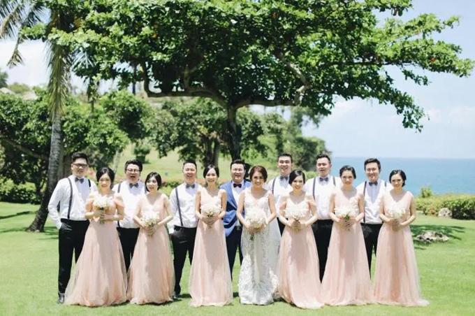 Phù dâu diện váy hồng, còn phù rể diện sơ mi trắng, quần âu và dây đai chữ y.