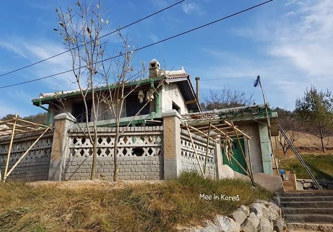 [Caption]nhà đồng chí Young Ae to nhất làng, nhà hai tầng