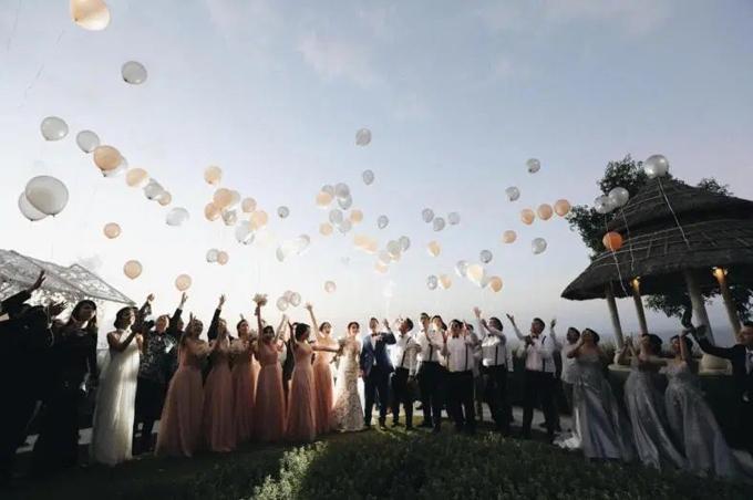 Sau các nghi lễ đám cưới, uyên ương và dàn khách mời cùng thả bóng bay lên trời, mong ước hạnh phúc mãi dài lâu.