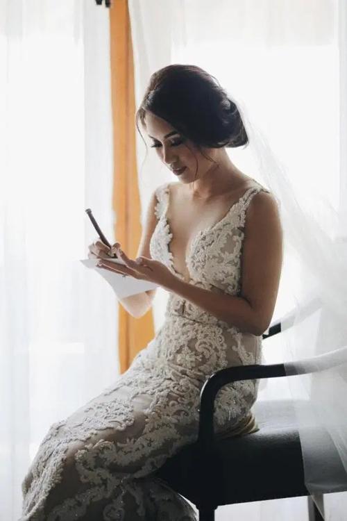 Trong ngày trọng đại, cô dâu diện váy cưới thêu của Yefta Gunawan, mẫu đầm có cổ illusion từ voan mỏng, giúp cô dâu khoe nét gợi cảm.