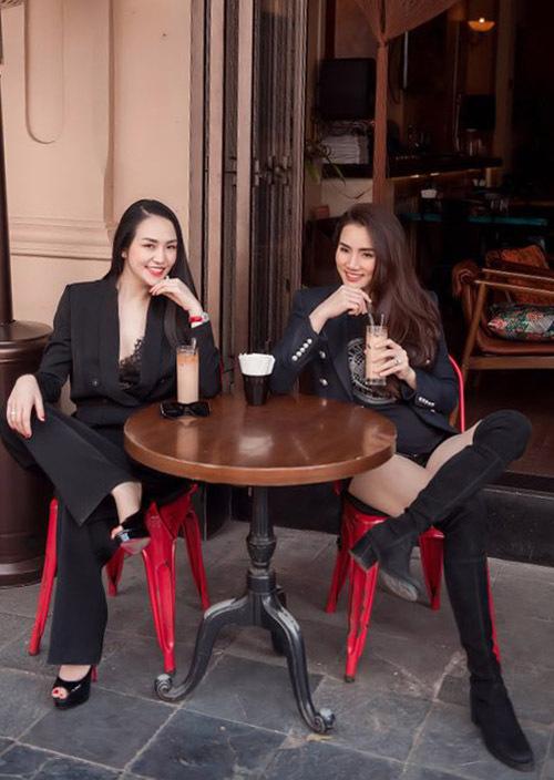 Hai người đẹp vừa uống cà phê vừa buôn chuyện, chia sẻ kinh nghiệm chăm sóc các con và cách phòng tránh dịch bệnh.