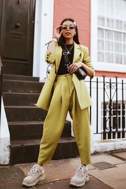 Khi diện suit thùng thình phái đẹp sành điệu thường thích chọn các mẫu túi đeo chéo phom dáng mini hoặc cỡ trung.