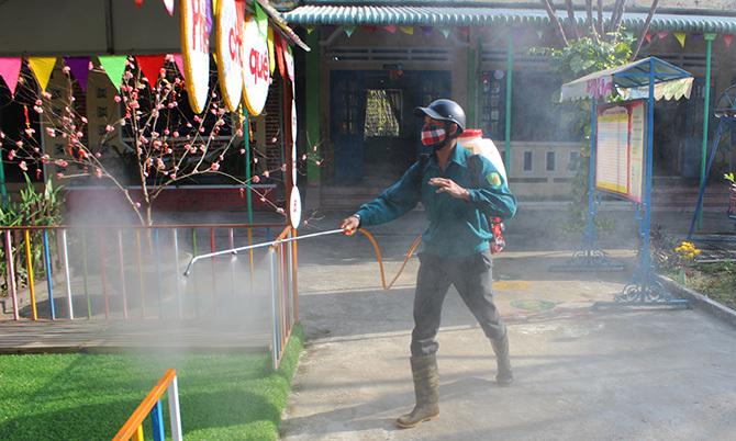 Lực lượng y tế Quảng Nam phun thuốc sát trùng. Ảnh: Sơn Thủy.