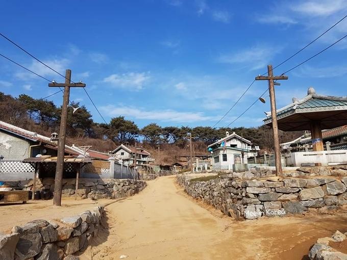 Những ngày gần đây, phim trường của Hạ cánh nơi anh là một trong những địa điểm được giới trẻ Hàn Quốcquan tâm trên Naver, nhất là quân thôn ở Bắc Hàn, nơi Ri Jeong Hyuk (Hyun Bin) đóng quân. Từ thủ đô Seoul, các diễn viên di chuyển khoảng 3h đi xe ô tô đến địa điểm quay. Sau khi phim đóng máy, phim trường mở cửa cho khách tự do tham quan bắt đầu từ ngày 11/2, không thu phí nhưng hiện chưa rõ có tiếp tục mở cửa đóng khách, hay sẽ dở bỏ.