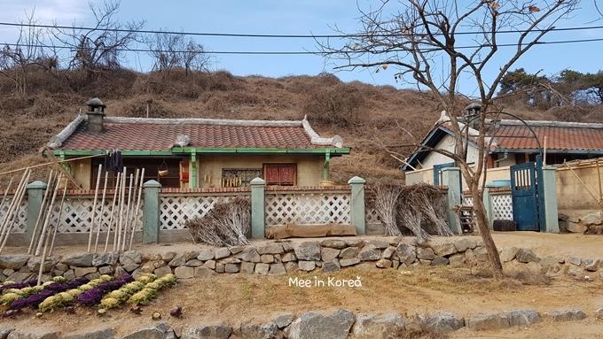 Ngôi làng được dựng trên một khoảng đất trống thuộc huyện Taean, tỉnh Chungcheongnam, xung quanh được bao phủ bởi đồi núi. Hiện đang cuối đông nên cây cối trơ tụi, ngả một màu nâu vàng. Xung quanh không có hàng quán, chỉ có một nhà hưu trí Moseokwon - cũng là địa điểm giúp bạn định vị trên bản đồ.