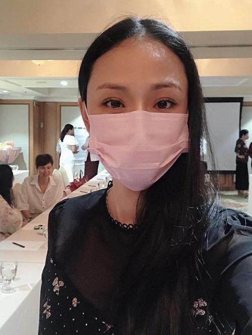 Phương Nga đeo khẩu trang đi làm để tránh dịch viêm phổi do virus corona.
