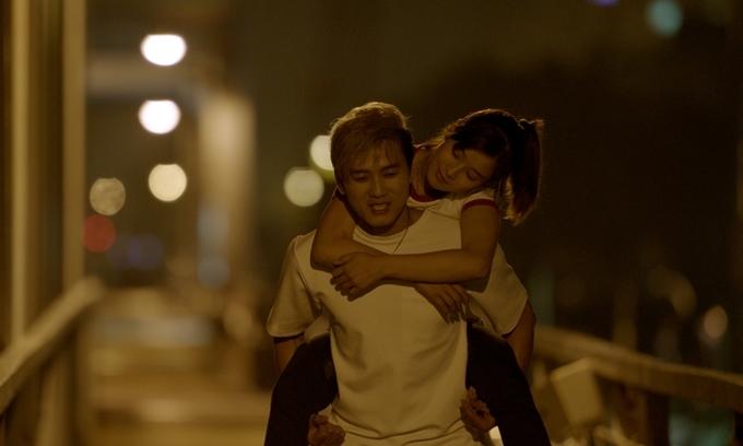 Quách Ngọc Tuyên cõng Hoàng Yến Chibi trong phim.