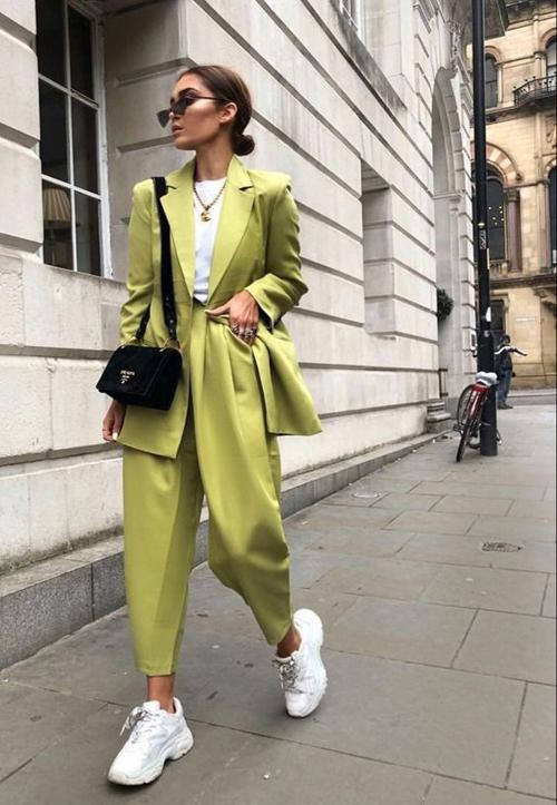 Giày đế thô, túi đeo chéo là đôi bạn thân được các fashionista luôn tin tưởng khi kết hợp với các kiểu suit thịnh hành ở mùa thời trang 2018/2019.