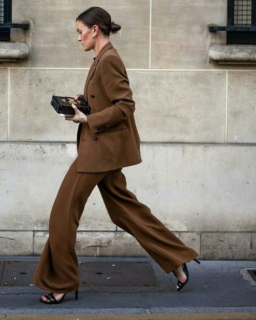 Áo vest, blazer thường mang tới sự chỉn chu và phong thái thanh lịch cho người mặc. Chính vì lẽ đó, phụ kiện đi kèm cũng cần sự đồng bộ về phong cách.
