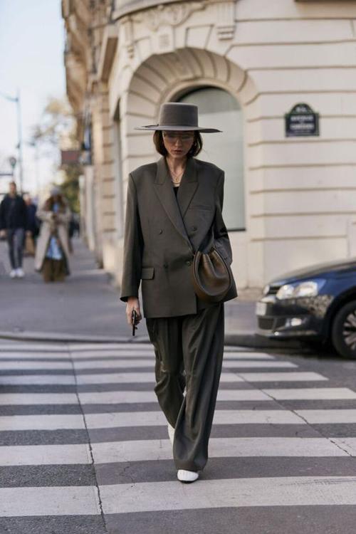 Vì ngại diện vest giống như đi họp nên các tín đồ thời trang thường tìm đến các mẫu blazer phá cách để mix-match trang phục dạo phố.