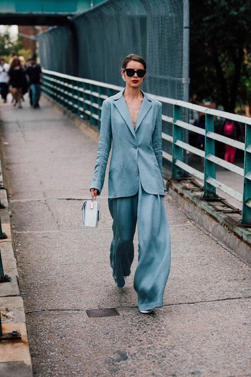 Với suit các nàng vẫn có thể tôn nét dịu dàng và nữ tính khi mix đồ đi làm, đi dạo phố. Điều quan trọng nhất là lựa chọn kiểu dáng và chất liệu hài hoà.