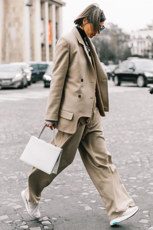 Suit và túi xách tay là combo dành cho các nàng công sở hiện đại, thích ăn mặc theo trend và phù hợp với môi trường công sở.