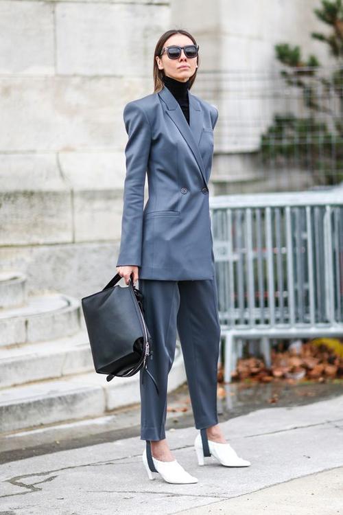 Một lưu ý nhỏ, dù chọn bất kỳ kiểu túi xách nào thì các nàng cũng cần chú ý tới sự đồng điệu với giày cao gót, bốt và sandal khi mix đồ cùng suit.