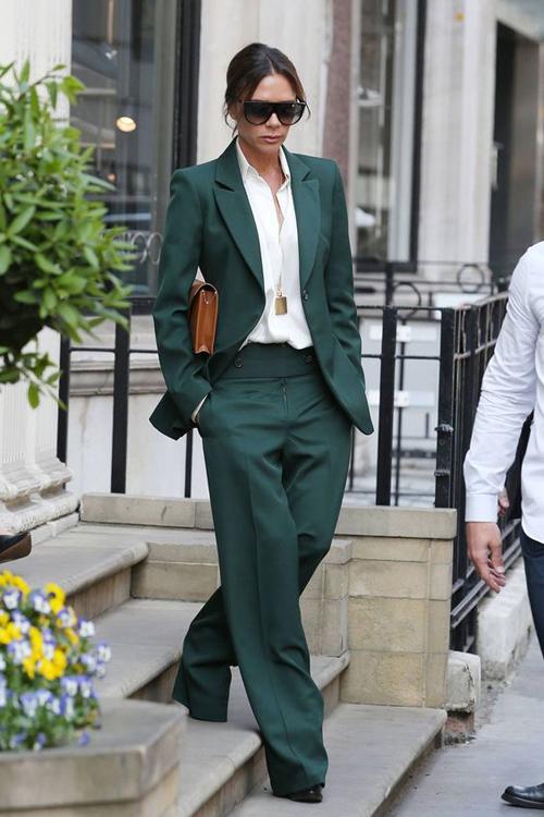 Các mẫu túi, ví cầm tay kiểu dáng nhỏ gọn là phụ kiện dễ mix-match cùng suit nhất.