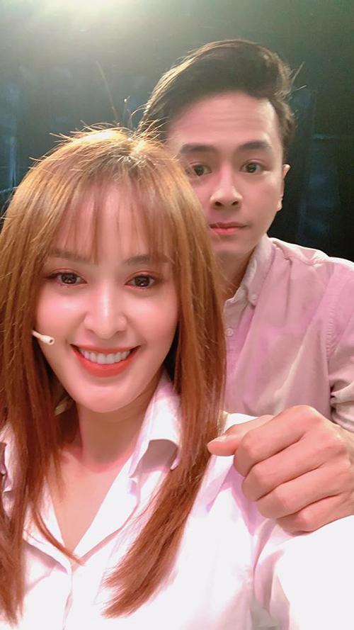 Vợ chồng Tú Vi - Văn Anh selfie trong hậu trường một chương trình.