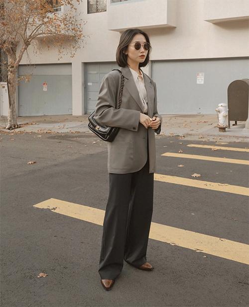 Blazer cổ điển được ưa chuộng bởi những ưu điểm như không quá kén dáng, dễ phối đồ và tạo cảm giác thoải mái cho người mặc.