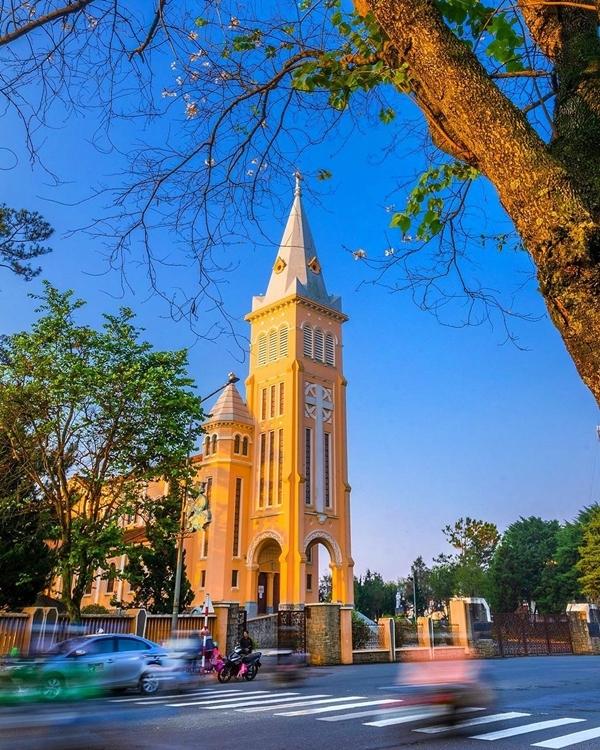 Tọa lạc trên đường Trần Phú, nhà thờ Chính tòa Đà Lạt (tên chính thức: Nhà thờ chính tòa Thánh Nicôla Bari) là một trong những điểm du lịch nổi tiếng ở phố núi. Đây cũng là nơi Tóc Tiên và Hoàng Touliver chọn để tổ chức hôn lễ vào ngày 20/2/2020, theo nghi thứcCông giáo.
