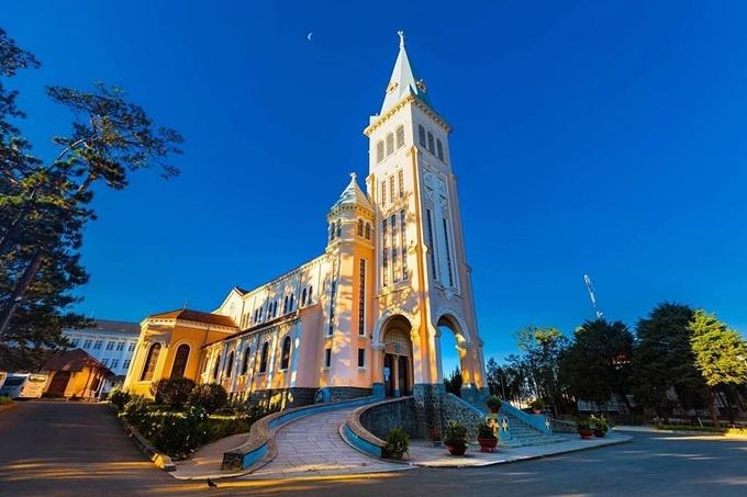 Nhà thờ nằm trên một khoảng đất cao, mặt bằng xây theo hình chữ thập (giống thánh giá), có chiều dài 65 m, rộng 14 m. Từ tháp chuông cao 47 m, bạn có thể nhìn toàn cảnh thành phố bên dưới như Hồ Xuân Hương, chợ Đà Lạt... Cửa chính nhà thờ hướng về núi Langbiang. Ảnh ticstawcs
