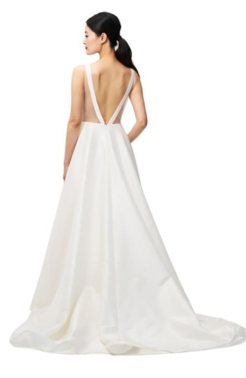 Phần lưng váy có thiết kế cut out, giúp khoe tấm lưng thon của cô dâu. Váy của Jenny Yoo đang được bán với giá 1.100 USD, tức hơn 25 triệu đồng, theo trang mua sắm Bhldn.