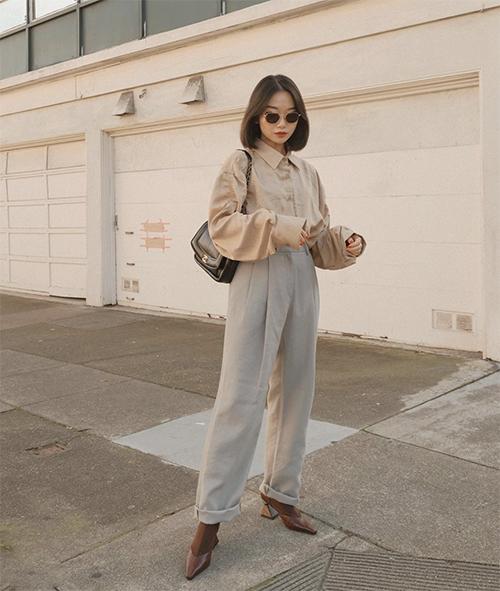 Không có được nét bóng bẩy và hào nhoáng như các mẫu sơ mi mới ra lò, nhưng áo vintage lại mang tới sự gần gũi, thân thiện và tạo nên sự nhẹ nhàng cho người mặc.