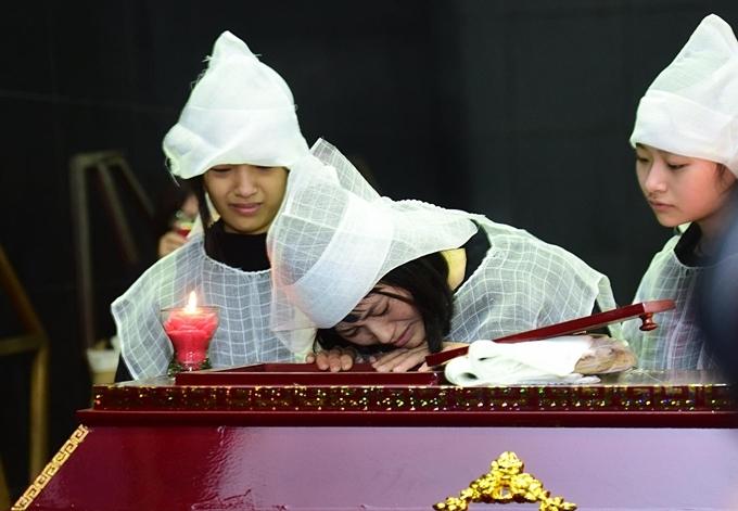 Vợ NSƯT khóc nghẹn bên linh cữu chồng