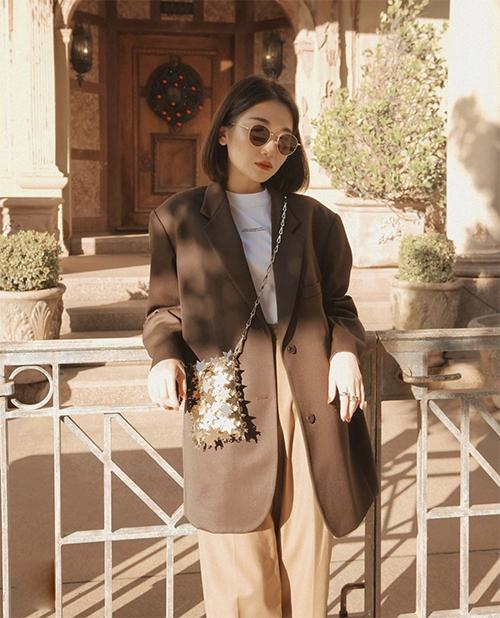 Các kiểu áo khoác thùng thình thường được mix cùng áo thun đơn sắc, quần lưng cao, chân váy màu trung tính hoặc các tông nâu, beige, nude...