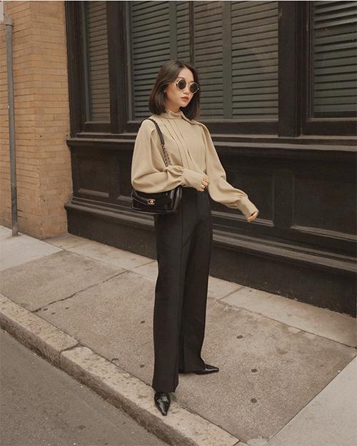 Những mẫu blouse điệu đà, tông màu trung tính có sức sống bền bỉ trong dòng chảy thời trang. Vì thế, các nàng vẫn có thể tận dụng đồ cũ để mix-match trang phục hợp xu hướng.