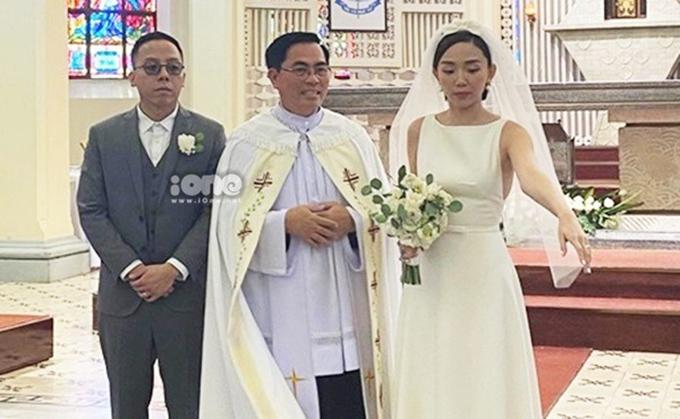 Trong ngày trọng đại, Tóc Tiên chọn váy cưới cổ thuyền tối giản, trái với ý định trước đó của cô làváy cưới phá cách đến từ Moschino.