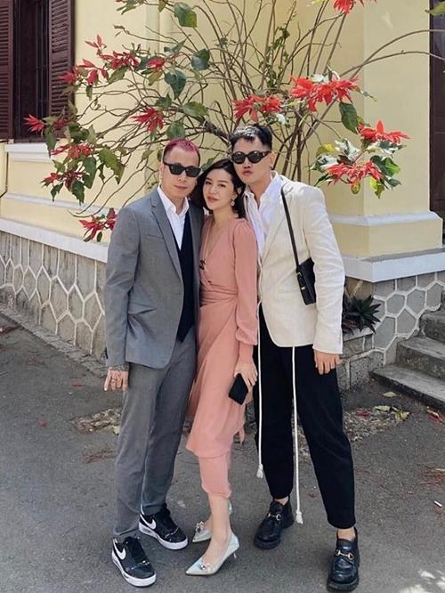 Vợ chồng hotgirl Hạt Mí (trái) mừng Tóc Tiên tìm được bến đỗ hạnh phúc.