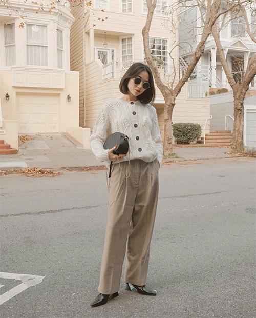Set đồ cho các nàng yêu phong cách retro với áo len mỏng sắc màu trang nhã kết hợp cùng quần tây xếp ly, ống đứng. Phụ kiện đi kèm là túi xách tay và giày đế hình học tiệp màu.