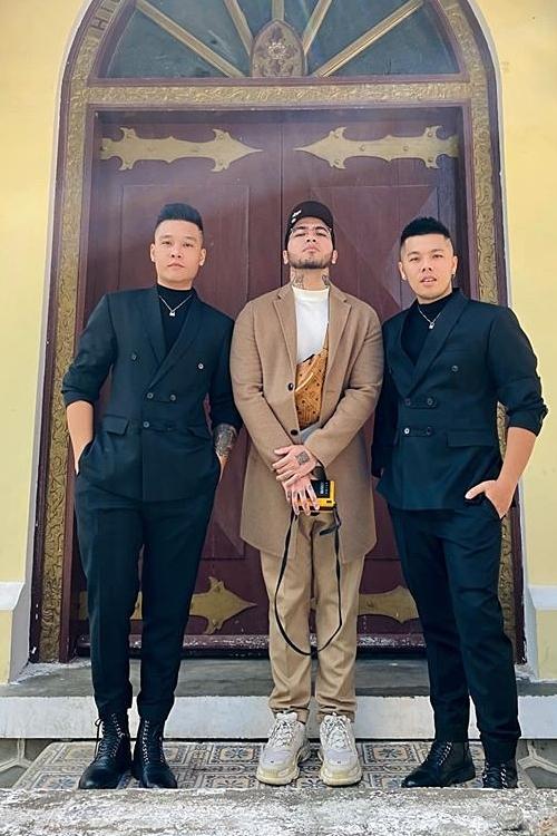 Từ trái qua: chuyên gia trang điểm Quân Nguyễn, nhiếp ảnh gia Milor Trần, chuyên gia làm tóc Pu Lê là êkíp ruột của Tóc Tiên nhiều năm qua nên không thể vắng mặt trong ngày vui.