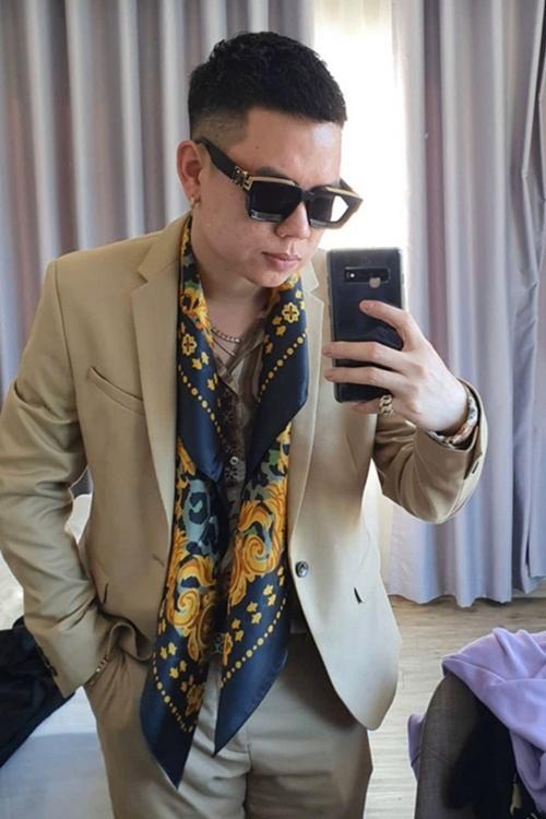 Ca sĩ Andree chọn màu trang phục có phần khác biệt.