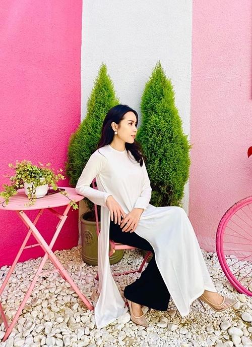 Ca sĩ Lưu Hương Giang duyên dáng trong tà áo dài đi ăn cưới. Cô lên Đà Lạt cùng chồng - nhạc sĩ Hồ Hoài Anh và chị gái Lưu Thiên Hương.