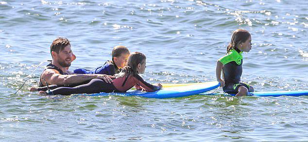 Con gái cả India Rose 7 tuổi và hai con trai song sinh Tristan - Sasha 5 tuổi rất dạn dày với sóng biển. Các bé ra biển mỗi ngày để chơi đùa, bơi lội và học lướt sóng từ khi mới lên ba.
